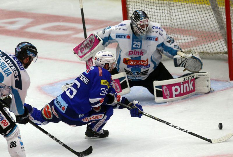 EBEL. Eishockey Bundesliga. EC VSV gegen EHC Liwest Black Wings Linz. Jerry Pollastrone, (VSV), Michael Ouzas (Linz). Villach, am 14.2.2019.Foto: Kuess