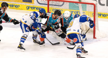 Tormann David Kickert (Black Wings 1992), Gerd Kragl (Black Wings 1992) stemmen sich gegen Julian Kornelli (EC GRAND Immo VSV), Maximilian Kammerer (EC GRAND Immo VSV),  Black Wings Linz vs EC VSV, Eishockey, Bet at Home ICE Hockey League