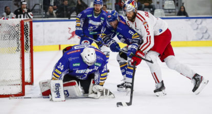 SALZBURG,AUSTRIA,25.SEP.19 - ICE HOCKEY - ICE Hockey League, EC Red Bull Salzburg vs Villacher SV. Image shows Tyler Beskorowany (VSV), Kevin Schmidt (VSV) and Thomas Raffl (EC RBS). Photo: GEPA pictures/ Jasmin Walter - For editorial use only. Image is free of charge.