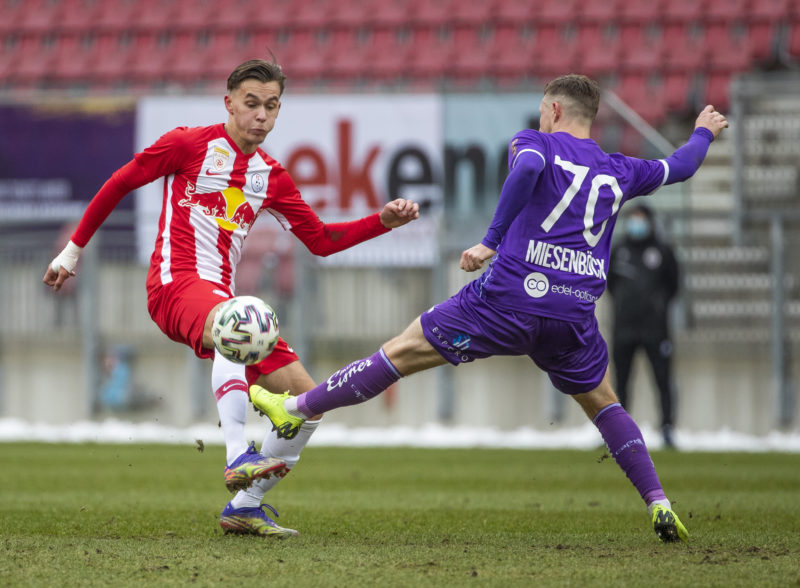 KLAGENFURT,AUSTRIA,13.DEC.20 - SOCCER - 2. Liga, SK Austria Klagenfurt vs FC Liefering. Image shows Amar Dedic (Liefering) and Fabian Miesenboeck (A. Klagenfurt). Photo: GEPA pictures/ Wolfgang Jannach - For editorial use only. Image is free of charge.