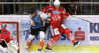 EBEL. Eishockey Bundesliga. KAC gegen EHC Linz. Kernberger Michael (KAC), Umicevic Dragan (Linz). Klagenfurt, am 25.9.2020.Foto: Kuesswww.qspictures.net