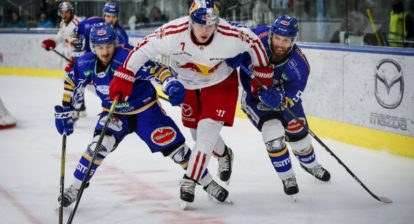 SALZBURG,AUSTRIA,25.SEP.19 - ICE HOCKEY - ICE Hockey League, EC Red Bull Salzburg vs Villacher SV. Image shows Daniel Wachter (VSV), Filip Varejcka (EC RBS) and Kevin Schmidt (VSV). Photo: GEPA pictures/ Jasmin Walter - For editorial use only. Image is free of charge.