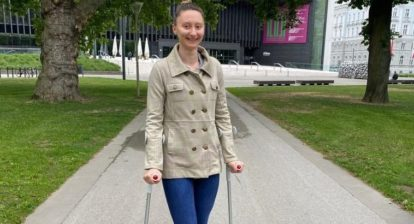 Sofia Polcanova mit Krücken Foto Privat
